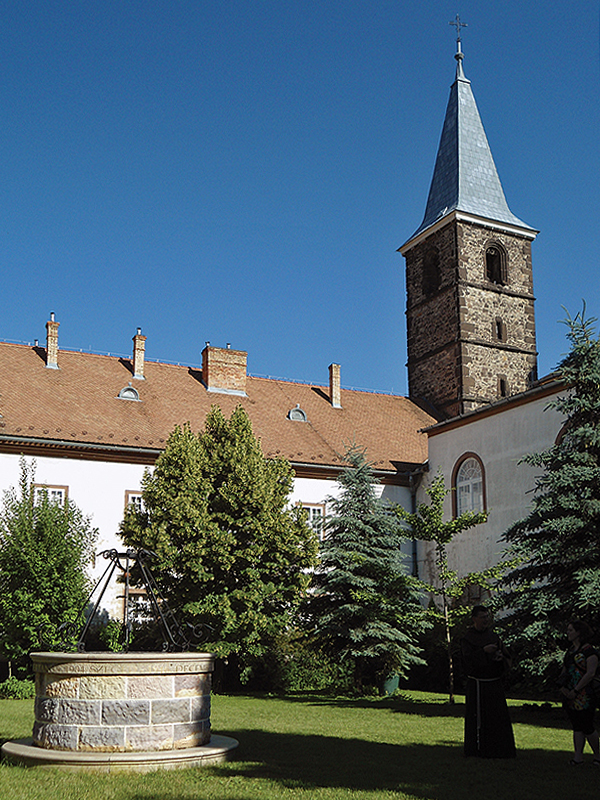 A kolostorkert és a Kiss Szaléz atya emlékét őrző kút