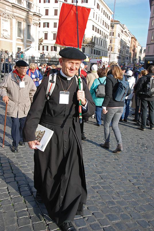 Zarándokok szerte Rómában. Ez a lelkipásztor Franciaországból érkezett népes csoporttal