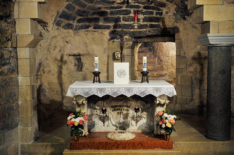 Názáret: Az Angyali üdvözlet barlangja, ahol a hagyomány szerint Gábriel angyal hírül adta Máriának Jézus születését – az oltár melletti oszlop jelzi a pontos helyet