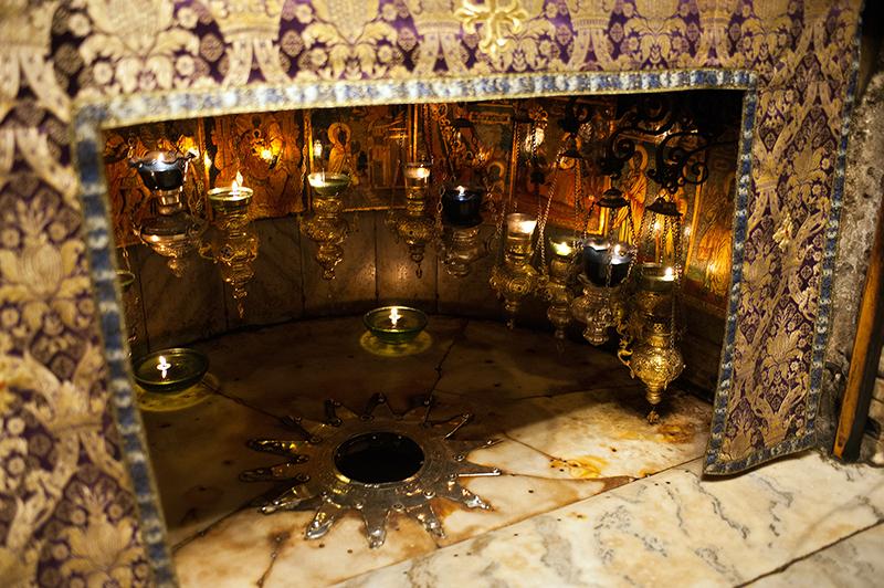 Betlehem: az ezüst csillag a Születés barlangjában azt a helyet jelöli, ahol a hagyomány szerint Jézus megszületett, a csillagot tizenöt lámpa fénye világítja meg