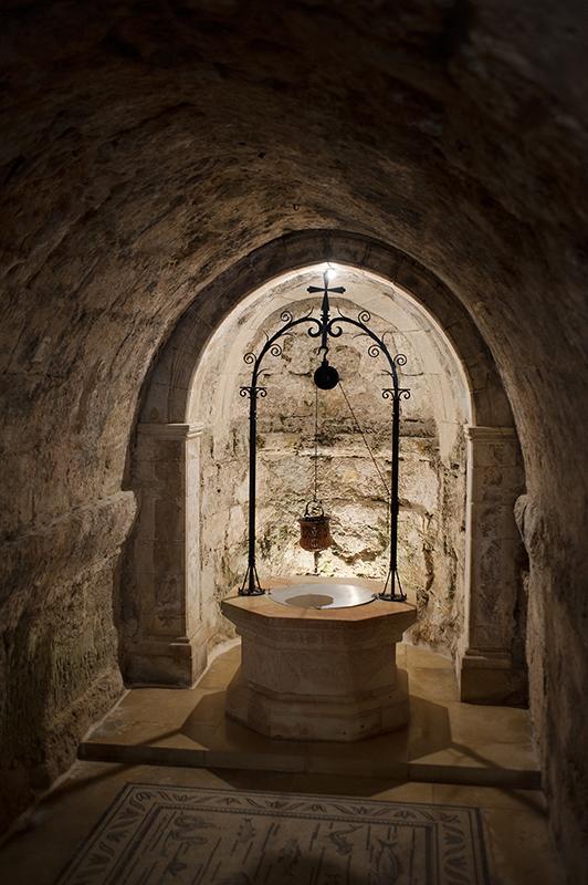 Ein Karem: Mária látogatásának temploma, amelynek altemplomában egy kút áll – a barlang mélyén csodás forrás buggyant elő, amikor Erzsébet Mária köszöntését fogadta