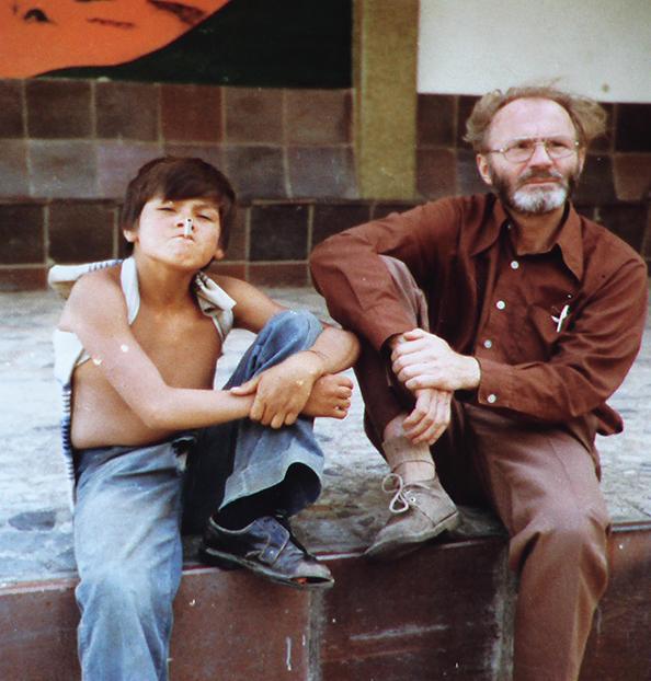 Pártfogoltjai egyikével Bogotában, az 1970-es években