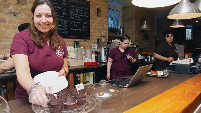 Szemléletváltás kávéval – Megnyílt a Nem Adom Fel Cafe & Bar
