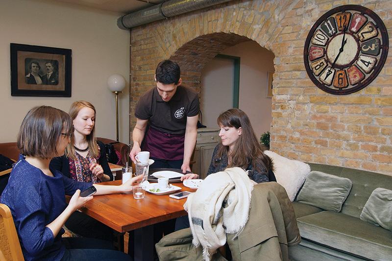 160306_nemadomfel_asztal