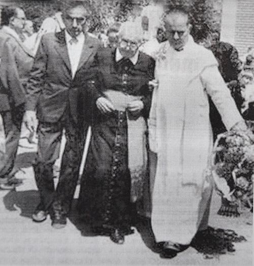 Az egykori vádlottak: Som István (balról) és Asztalos János (középen) 1993. június 3-án, amikor felmnetették a falut a kollektív bűnösség vádja alól