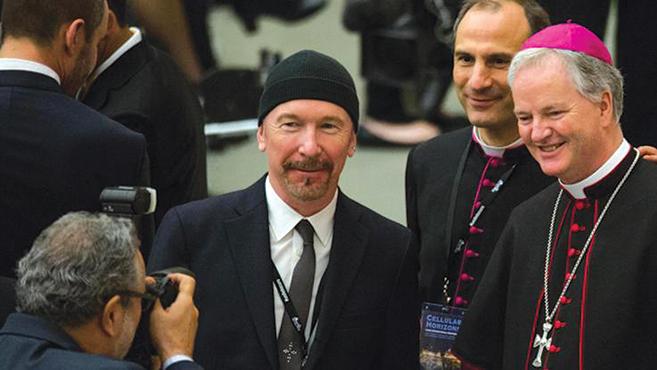 Az U2 gitárosa a Sixtus-kápolnában
