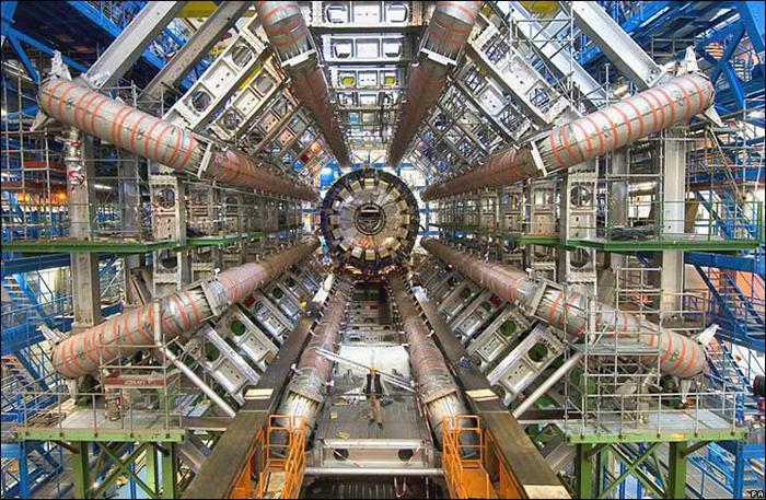 """A Nagy Hadronütköztető (LHC) gyűrűjén épült egyik részecskedetektor, az ATLAS.  A huszonöt méter átmérőjű érzékelő közepén ütköznek az LHC által létrehozott protonnyaláb protonjai. Az ATLAS általános célú detektor, tehát nem egy speciális fizikai folyamatra """"koncentrál"""", hanem a lehető legtöbb adatot begyűjti (Fotó: flickr)"""