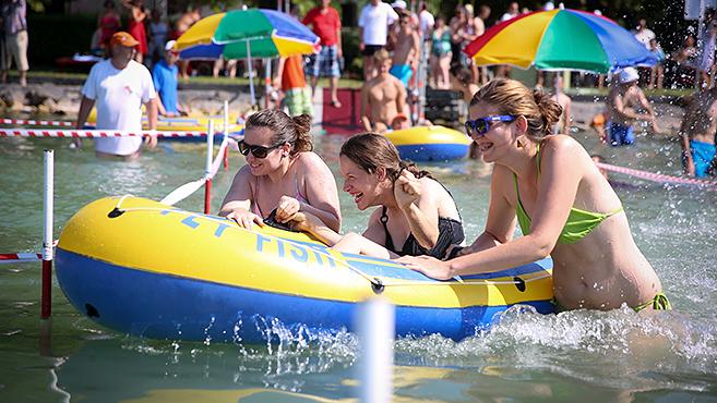 Önfeledt szórakozás a Balatonnál
