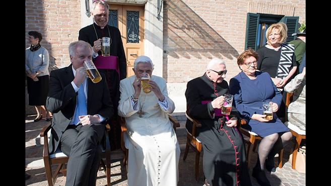 A kilencvenesztendősemeritus pápa köszöntése
