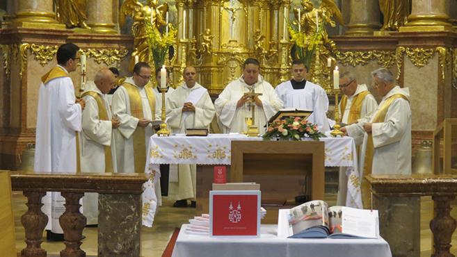 Könyv a győri bencés templom harangjainak történetéről
