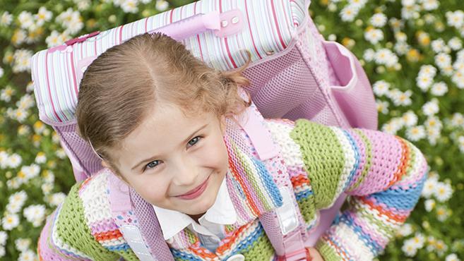Rászoruló gyermekek számára gyűjt iskolatáskát a karitász és az Auchan