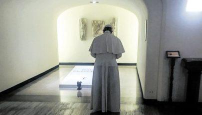 Boldog VI. Pál sírjánál