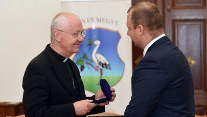 Heves Megyéért kitüntetést kapott Ternyák Csaba érsek