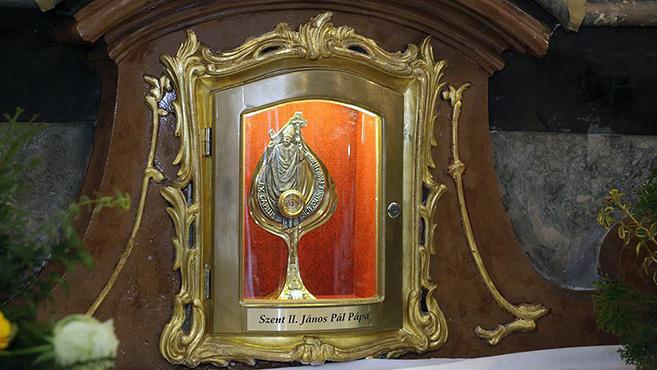 Szent II. János Pál-ereklyét kapott a máriabesnyői bazilika