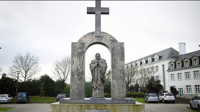 Szent II. János Pál szobráértküzdenek