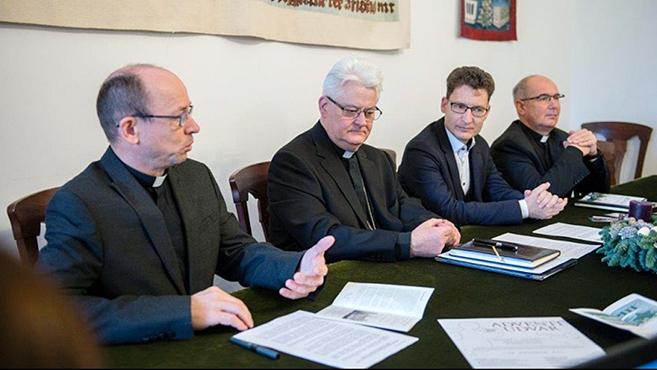 A magyar szent család nyomában