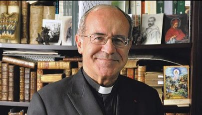Egy katolikus pap is megkapta a Francia Köztársaság Becsületrendjét