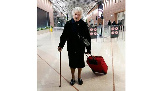 Kenyában önkénteskedik a 93 éves nagymama