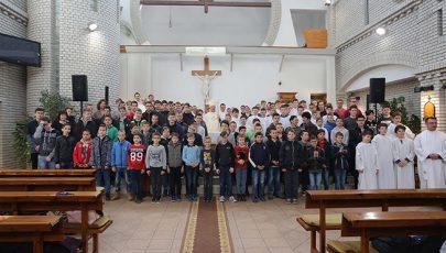 Krisztus katonái az oltár mellett
