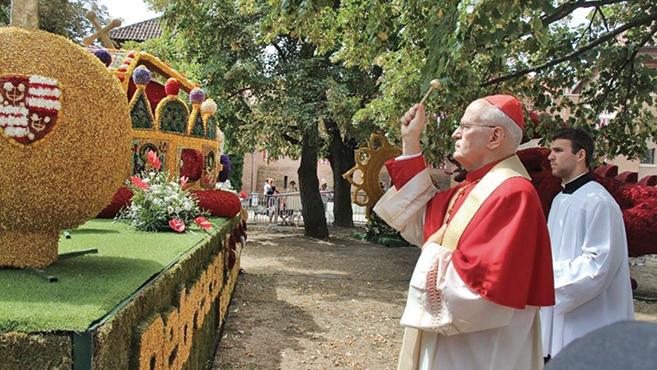 Áldással indultak útjukra a debreceni virágkocsik