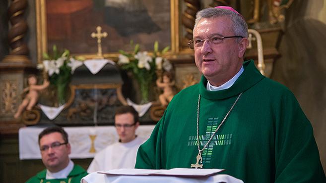 Püspöki látogatás a bábolnai templomban és a ménesbirtokon