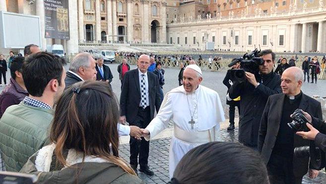 Ferenc pápa látogatása az ideiglenes orvosi ellátóban