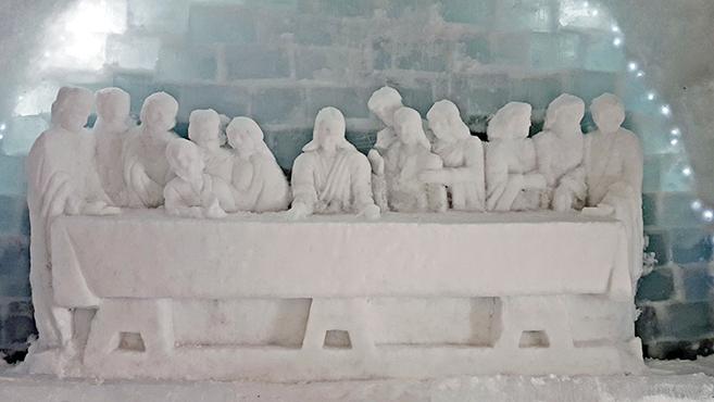 Az utolsó vacsora szobra is látható a jéghotelben