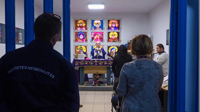 Keresztelő a börtönkápolnában