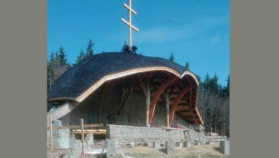 Ferenc pápa csíksomlyói látogatására felújítják az oltárt a nyeregben