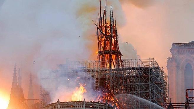 A párizsi Notre-Dame-székesegyház lángjai
