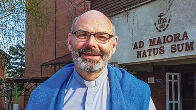 A legmagyarabb belga jezsuita (világ)hálóval halászik