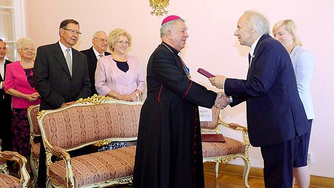 Lengyel állami kitüntetést kapott Snell György püspök