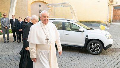 Nem akármilyen Daciát kapott ajándékba Ferenc pápa